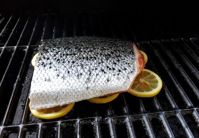 Cook fish on lemons